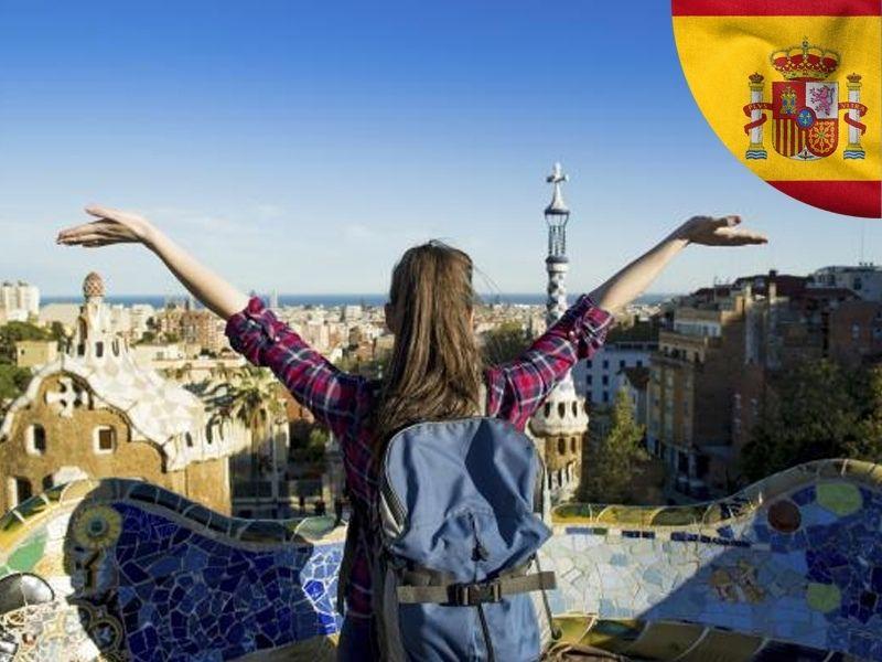 Une adolescente en colonie de vacances devant la vue de la ville de Barcelone depuis le Parc Güell en été