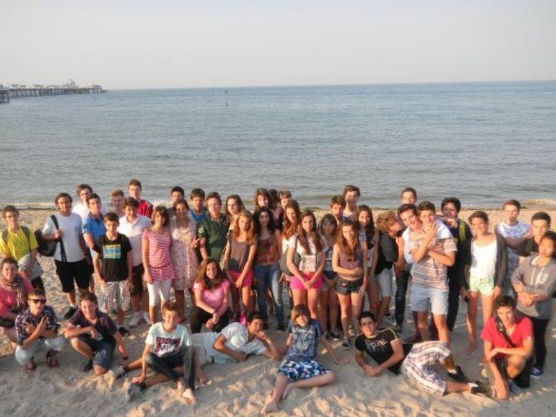 Adolescent sur la plage de Barcelone en séjour linguistique en Espagne