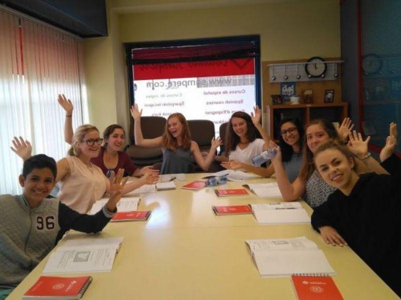 Adolescents en cours durant leur séjour linguistique en Espagne