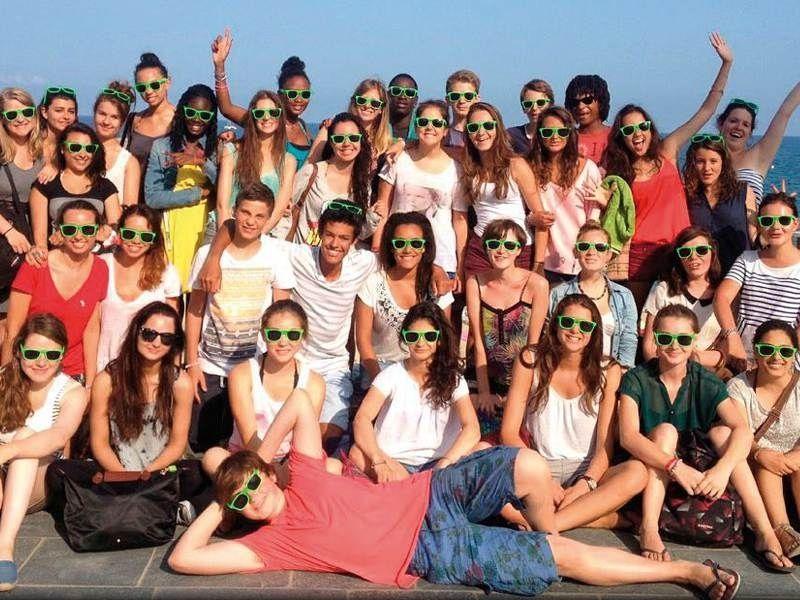 Un groupe d'adolescent en colonie de vacances linguistique à Barcelone en été
