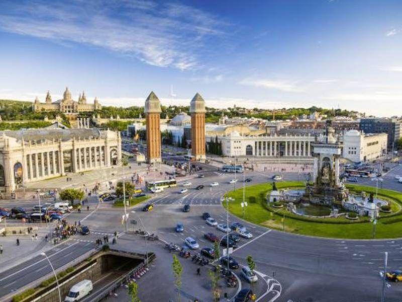 Vue sur la place Espanya de Barcelone et le Musée National d'Art de Catalogne en été