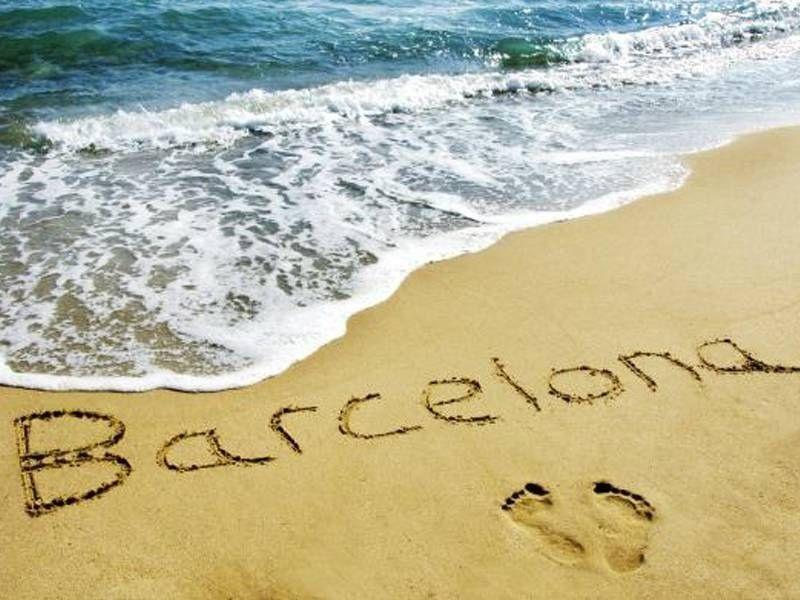 Barcelona écrit sur le sable d'une plage de Barcelone en été