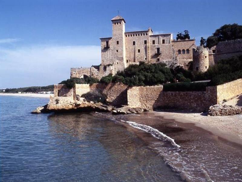 Château au bord de mer à Barcelone en Espagne