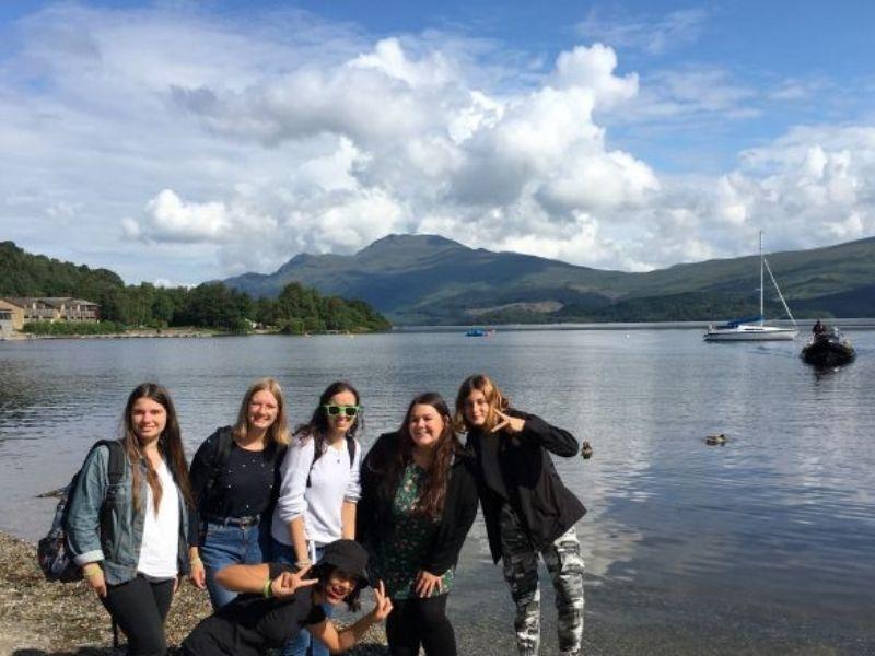 Adolescent devant le lac du Loch Ness