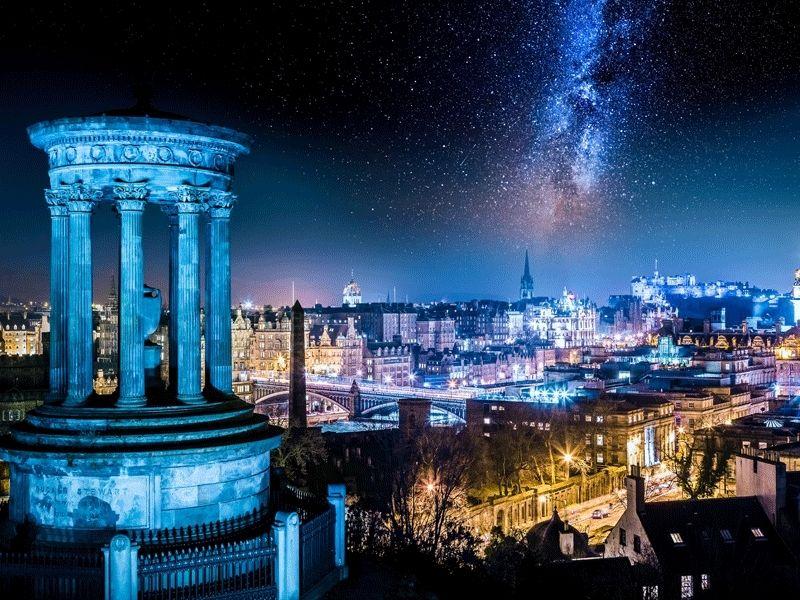 Panorama de nuit de la ville d'Edimbourg en Ecosse