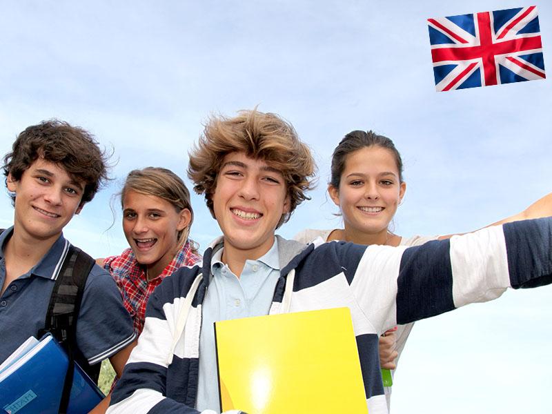 Groupe d'adolescent après leur cours linguistiques pendant une colonie de vacances