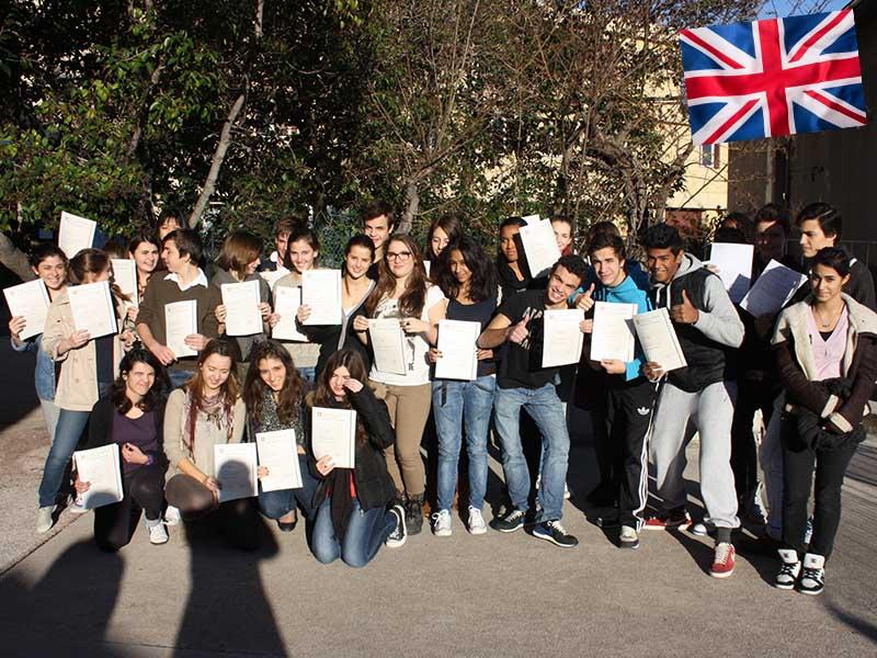 Un groupe d'adolescent en colonie de vacances linguistique avec un certificat d'anglais entre les mains
