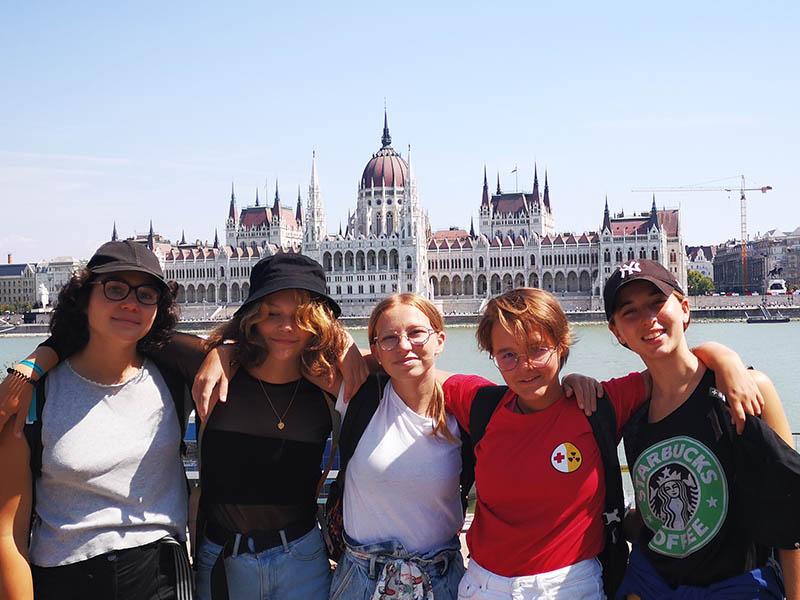 Groupe d'ados en colonie de vacances itinérante