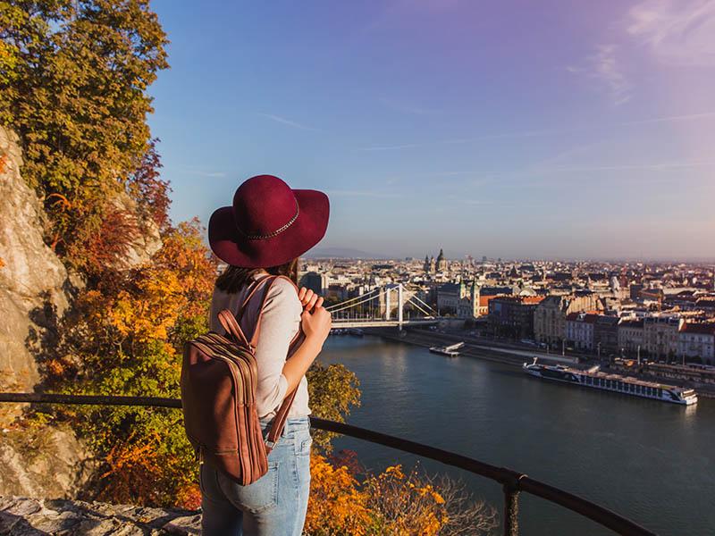 Adolescent admirant le paysage en colonie de vacances itinérante