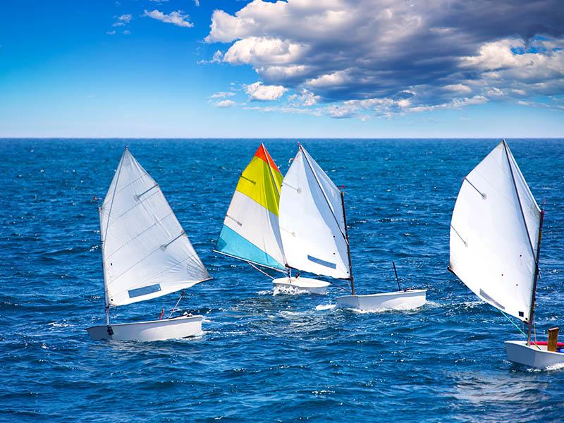 Optimist sur l'eau en colonie de vacances en camargue cet été
