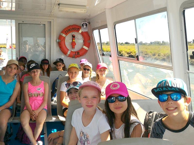 Groupe d'enfants en excursion bateau en colo cet été