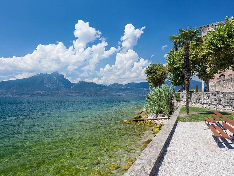 Vue sur l'ile de garde en italie cet été en colonie de vacances