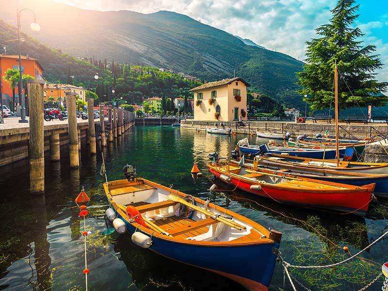 Barques en colonie de vacances à l'ile de garde en Italie