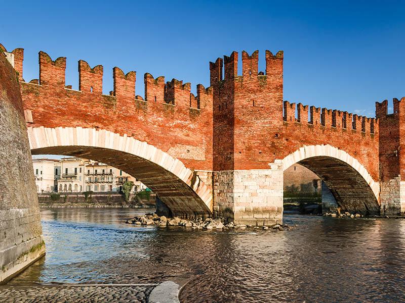 Pont de Scaligero en colonie de vacances en Italie cet été