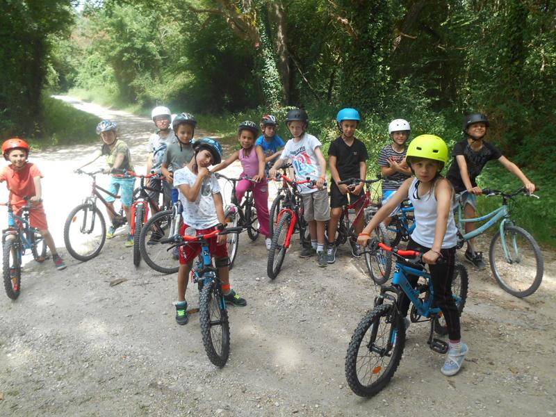 Groupe d'enfants en colo en randonnée à vélo cet été
