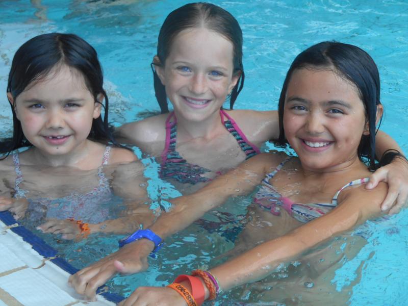 Trois fillettes en colo à la piscine