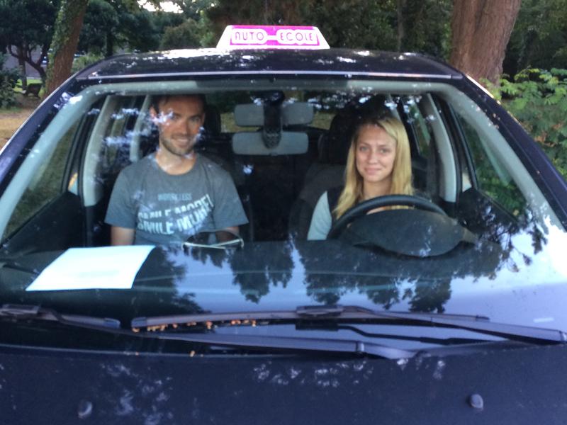 Adolescente apprenant à conduire en colonie de vacances cet été