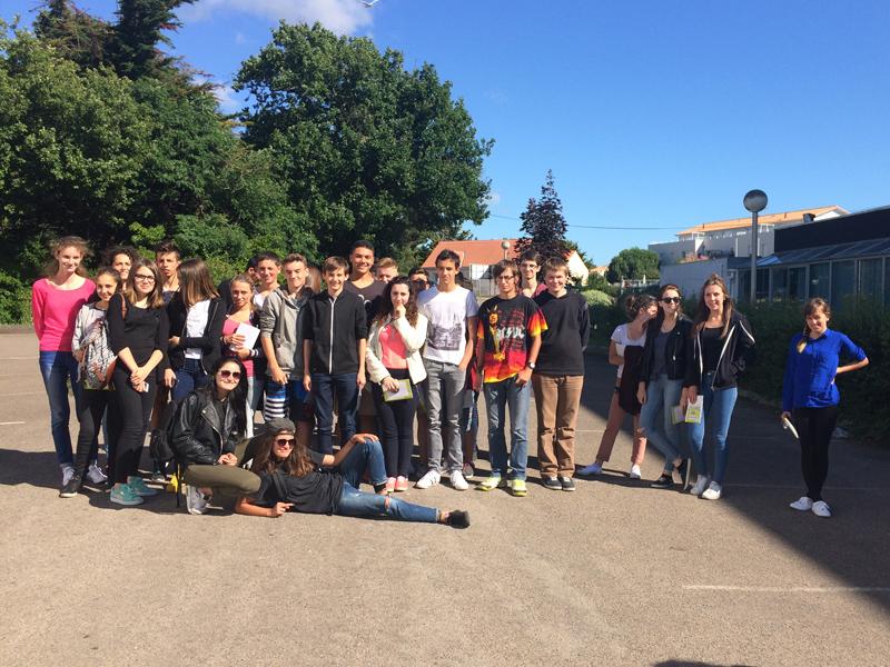 Groupe d'adolescents en colonie de vacances pour apprendre à conduire