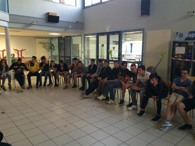 Groupe d'ados en colo pour apprendre le code de la route