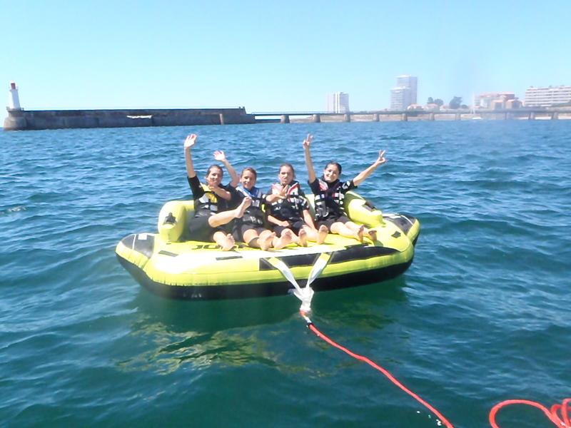 Ados faisant de la bouée tractée en colonie de vacances cet été