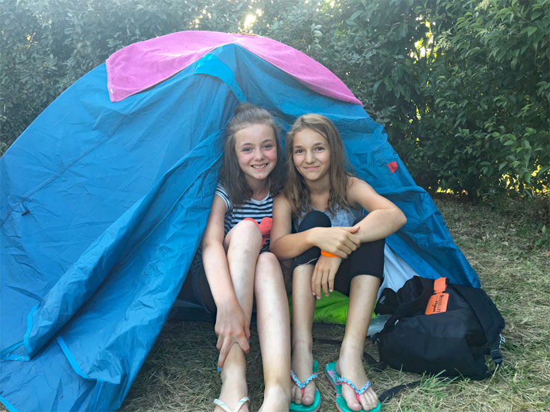 Fillettes en camping en tente en colonie de vacances