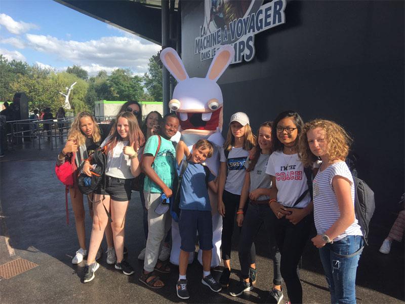 Groupe d'enfants se prenant en photo devant les lapins crétins