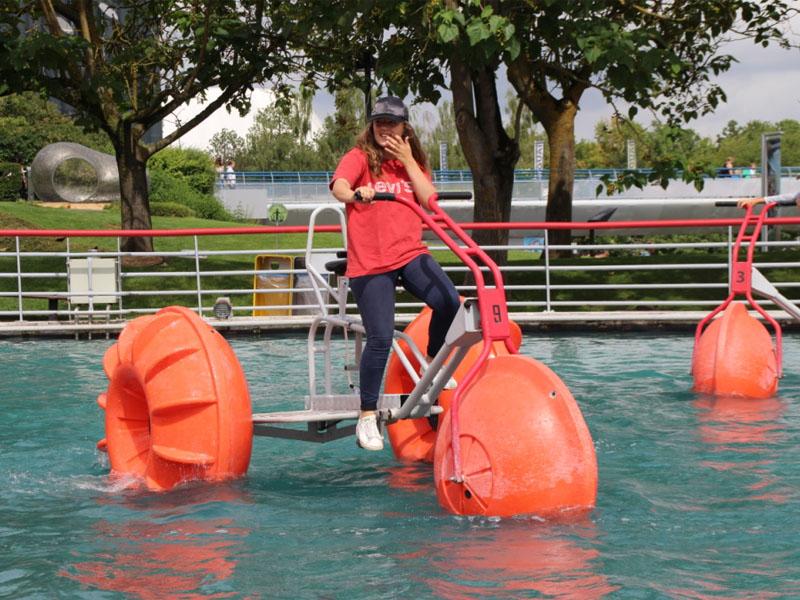 Ado en colo faisant du vélo sur l'eau