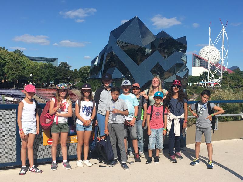 Groupe d'enfants au Futuroscope en colonie de vacances cet été