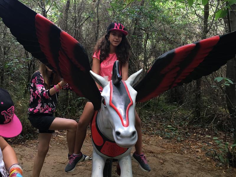 Enfants en colonie de vacances au parc defiplanet