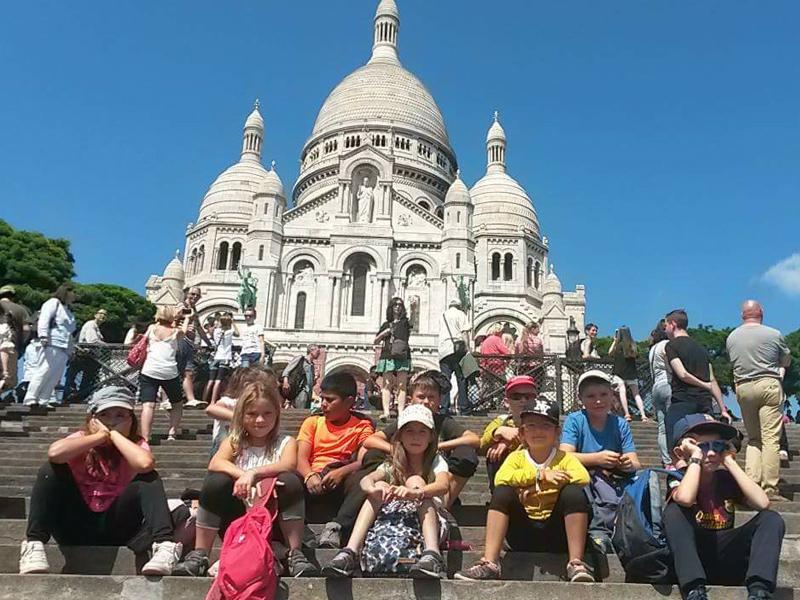 Enfants visitant le sacré coeur en colonie de vacances à Paris