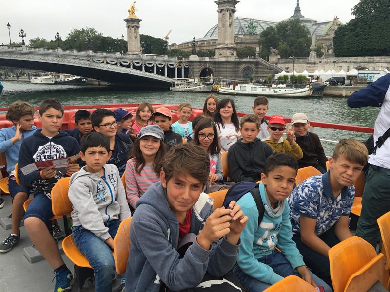 Enfants visitant Paris en bateau en colonie de vacances cet été
