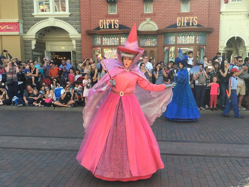 Parade des personnages de Disney à Disneyland en colonie de vacances