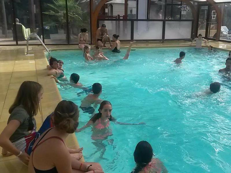 Enfants se baignant à la piscine en colonie de vacances cet été