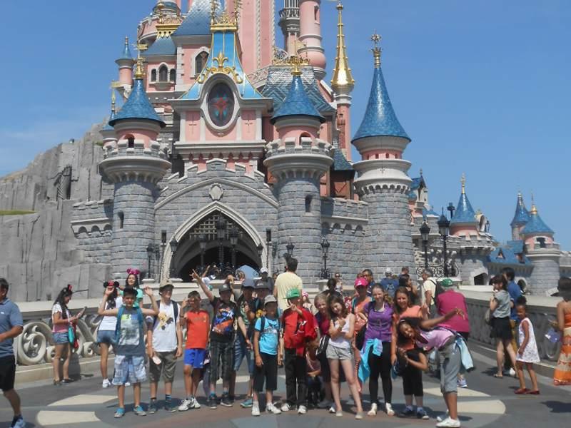 Enfants à Disneyland en colo cet été