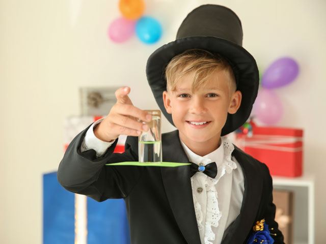 Jeune magicien faisant un tour de magie en colonie de vacances cet été