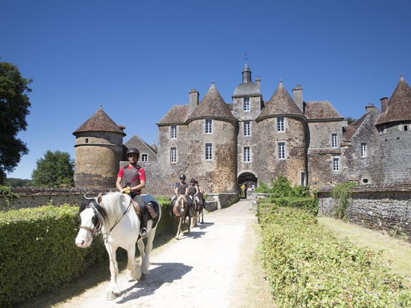 adolescents en randonnée à cheval au chateau cet été