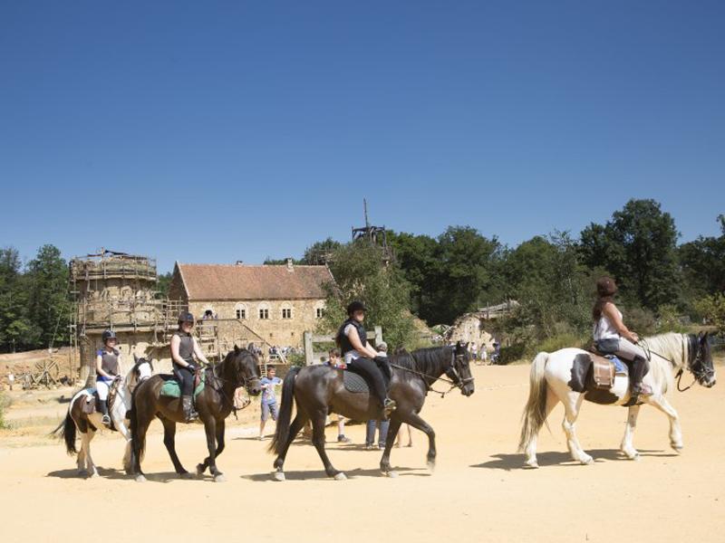 Adolescents pratiquant l'equitation en colonie de vacances