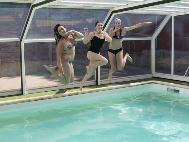 adolescentes se baignant en colo cet été