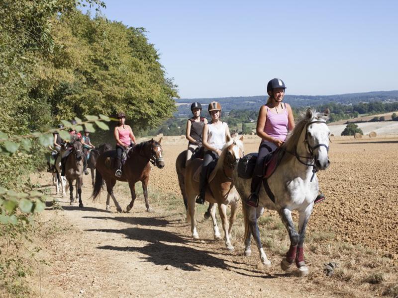 ados en randonnée à cheval en colo cet été
