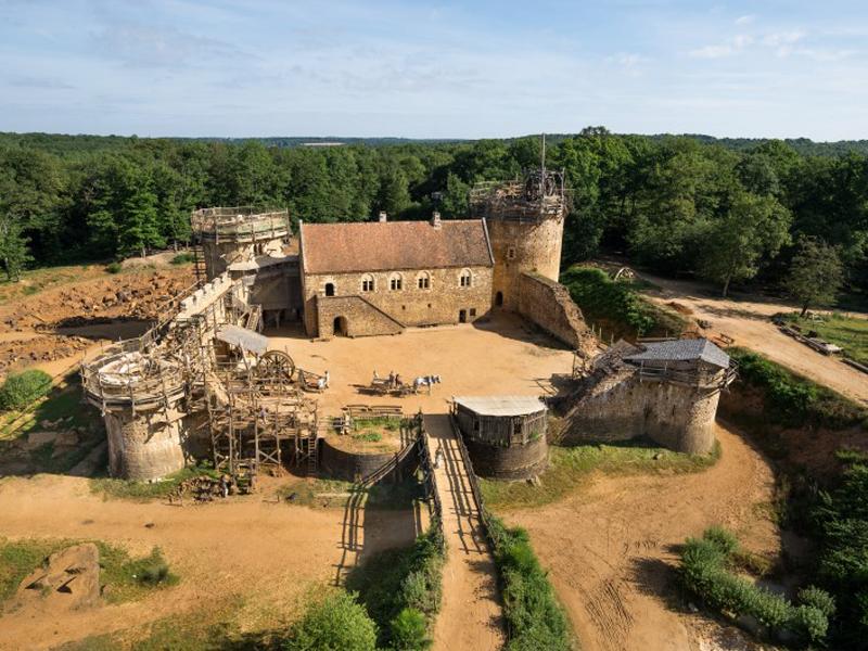 Vue du ciel sur le chateau de guédelon en colonie de vacances cet été