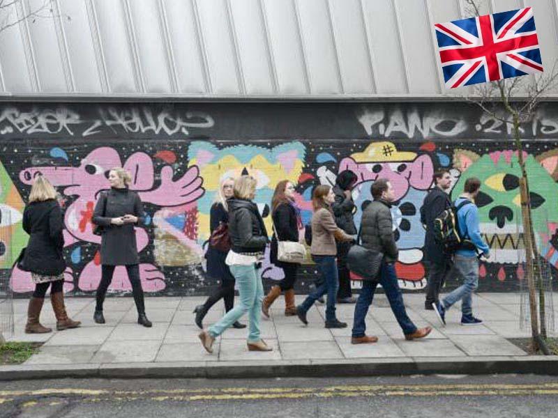 Un groupe d'adolescent en colonie de vacances linguistique se promène dans les rues de Londres en Angleterre
