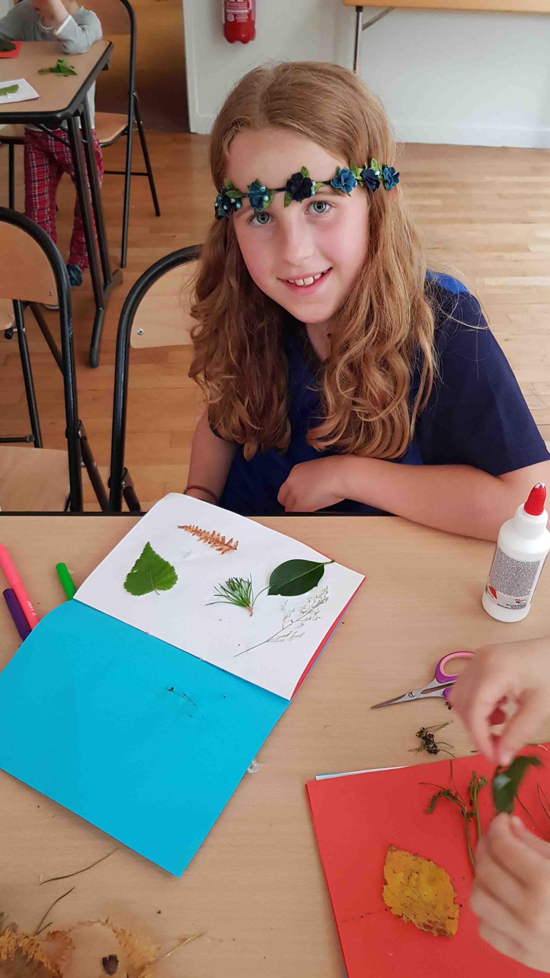 jeune fille de 8 ans faisant des activités manuelles en colo cet été