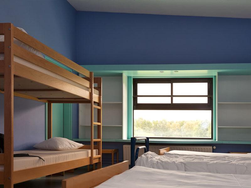 dortoir pour enfants de 6 ans en colonie de vacances d'été