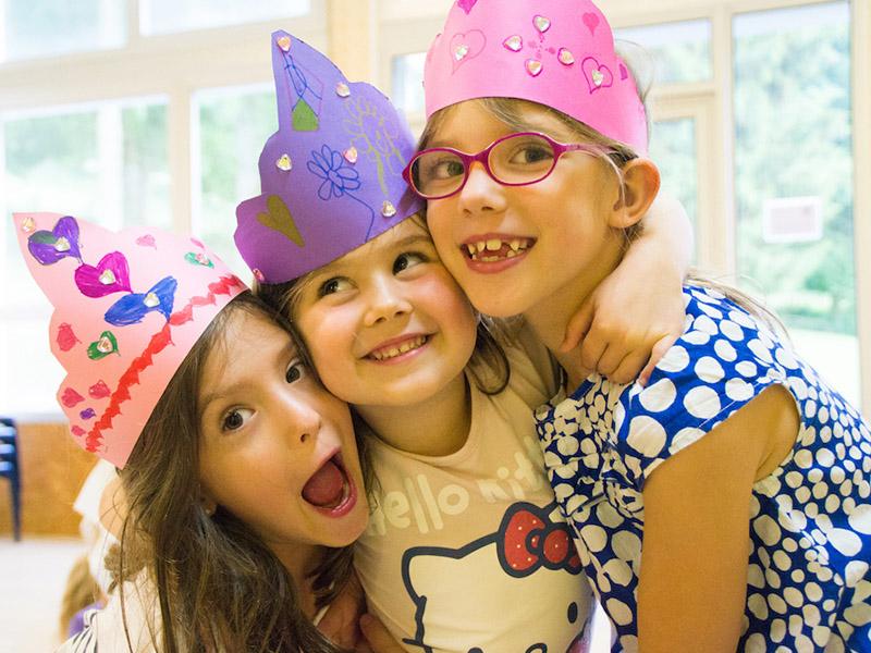 trois fillettes ensemble 8 ans en colo cet été