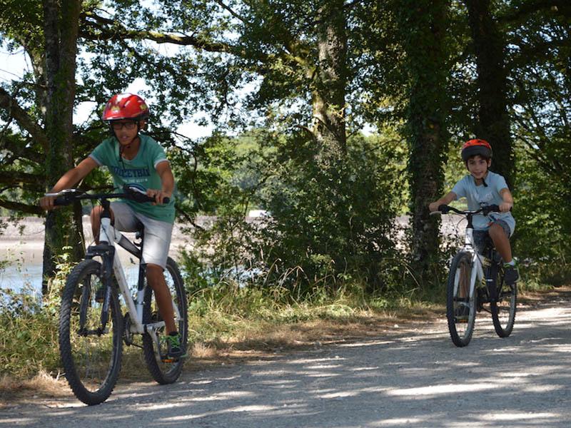 enfants en balade à vélo cet été en colo
