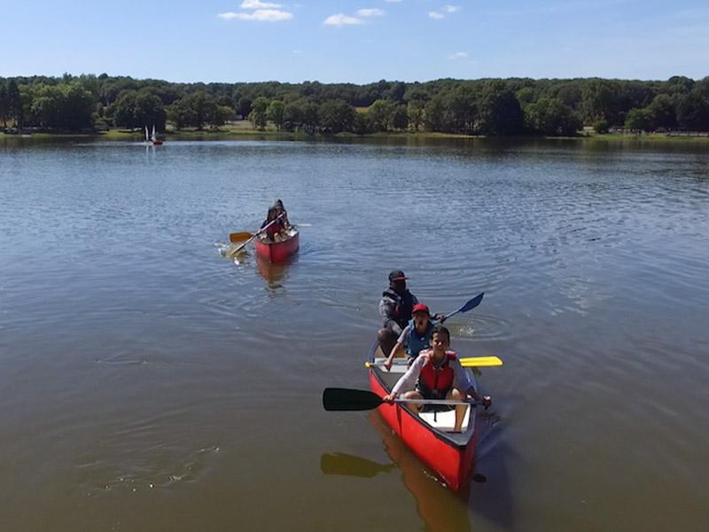 enfants en balade en canoe en colonie de vacances cet été pour apprendre l'anglais