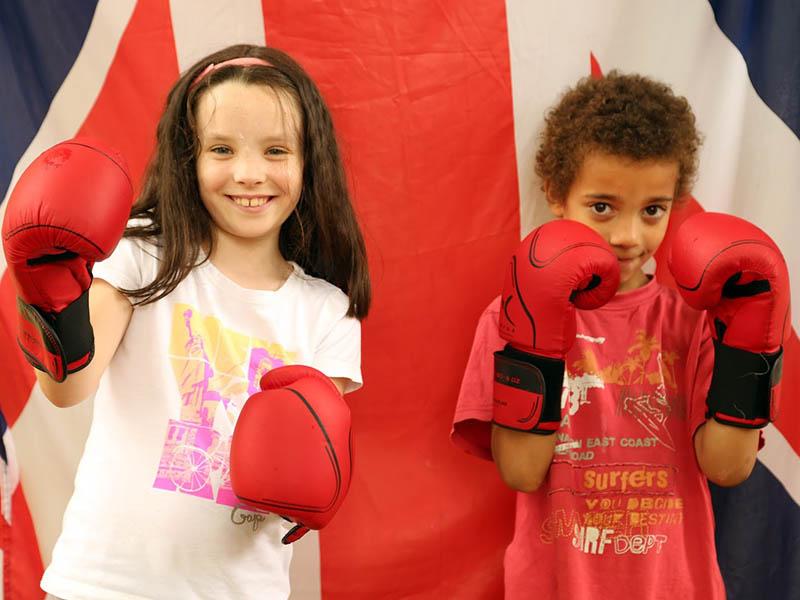 deux fillettes faisant de la boxe anglaise en colonie de vacances