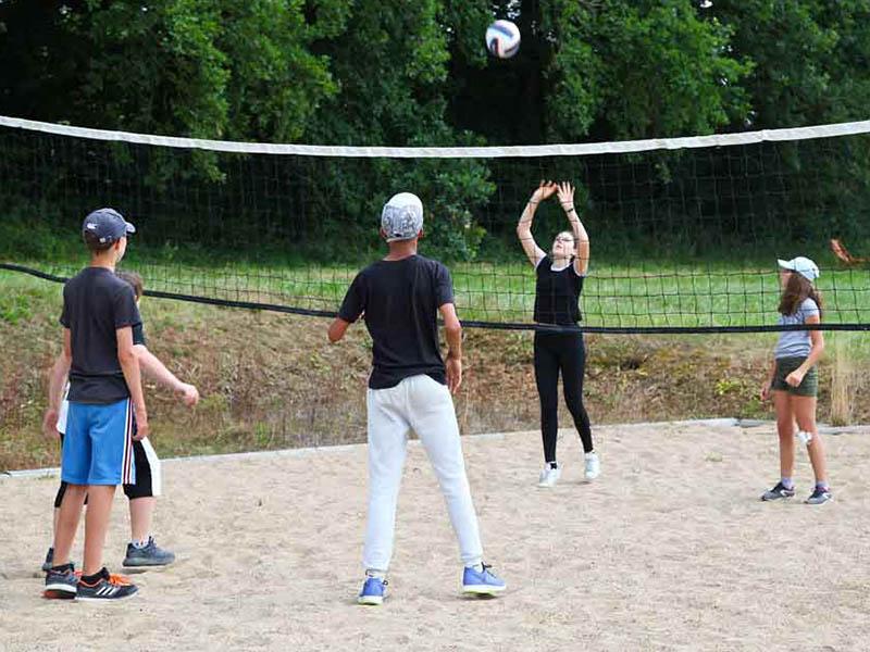 groupe d'enfants jouant au handball colonie de vacances
