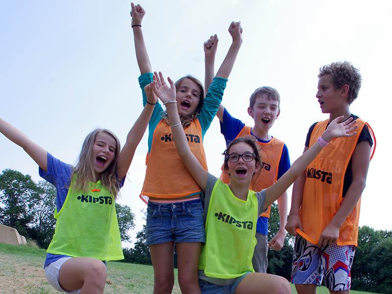 groupe d'enfants en tenue de sport en colo d'été