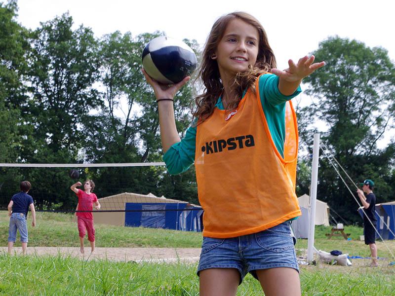 Jeune fille faisant du sport en colonie de vancaces pour apprendre l'anglais